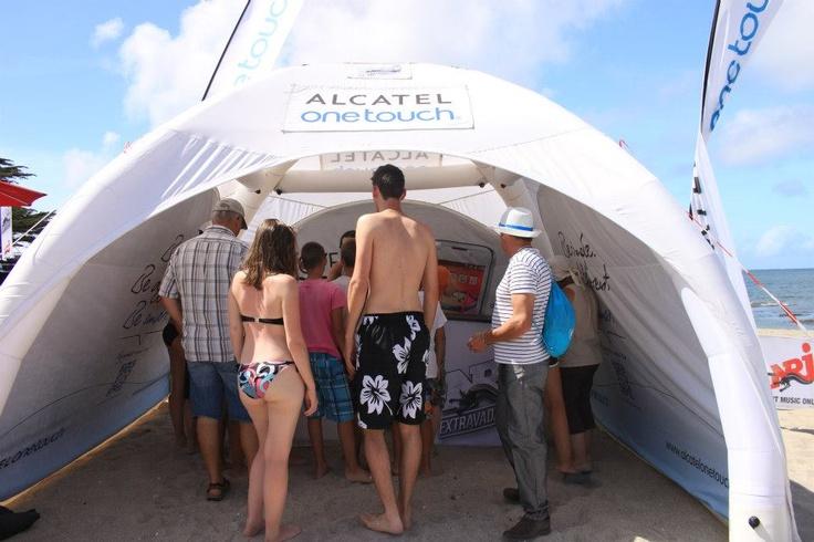 Du 21 juillet au 18 août 2012, ALCATEL ONE TOUCH part à la rencontre des vacanciers dans les plus grandes villes du littoral avec NRJ. Partenaire officiel de l'événement pour la deuxième année consécutive, ALCATEL ONE TOUCH fait gagner de nombreux téléphones et Smartphones, alors ne perdez plus de temps, rendez-vous sur la plage et dans les boites de nuit pour faire la fête jusqu'au bout de la nuit !