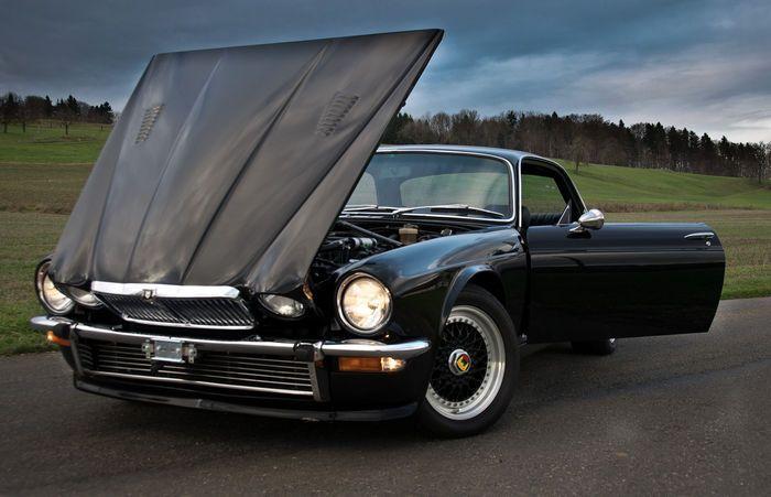 Slechts 1855 modellen ter wereld! Auto wordt geleverd met een enorme stapel facturen voor een totaalbedrag van meer dan 110.000 euro! De beste Jaguar garages, winkels en specialisten in Zwitserland werkten de afgelopen 10 jaar samen om deze unieke auto op te bouwen. Van de V12-motor tot aan de achteruitkijkspiegel - heeft deze auto een complete revisie gekregen. De auto werd volledig gestript en opnieuw opgebouwd, de revisie van de motor inbegrepen (sindsdien 24.000km), evenals de…