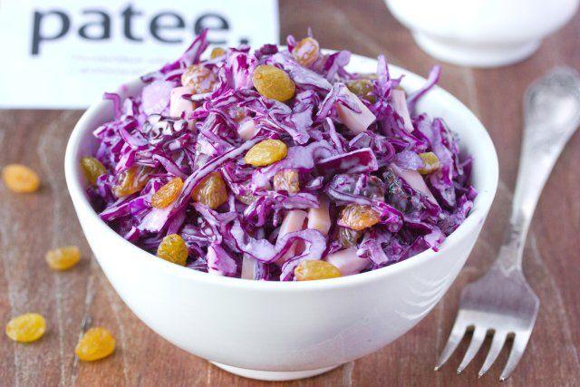 Салат с краснокочанной капустой, сухофруктами и сыром