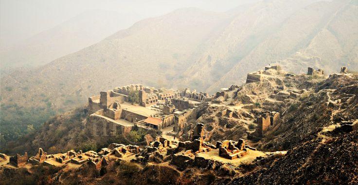 Monasterio de Takht-i-Bahi | TECTÓNICAblog  El monasterio de Takht-i-Bahi es un monasterio budista que se encuentra en Afganistán. Construido en el siglo I cerca de Mardan se encuentra en una posición fronteriza con el actual Pakistán. Bahi significa agua por lo que se cree que el complejo monástico fue construido en el emplazamiento de una antigua fuente en la colina.  Las ruinas de este monasterio fueron descubiertas en 1836 por el general Court del ejército francés. Apenas veinte años…