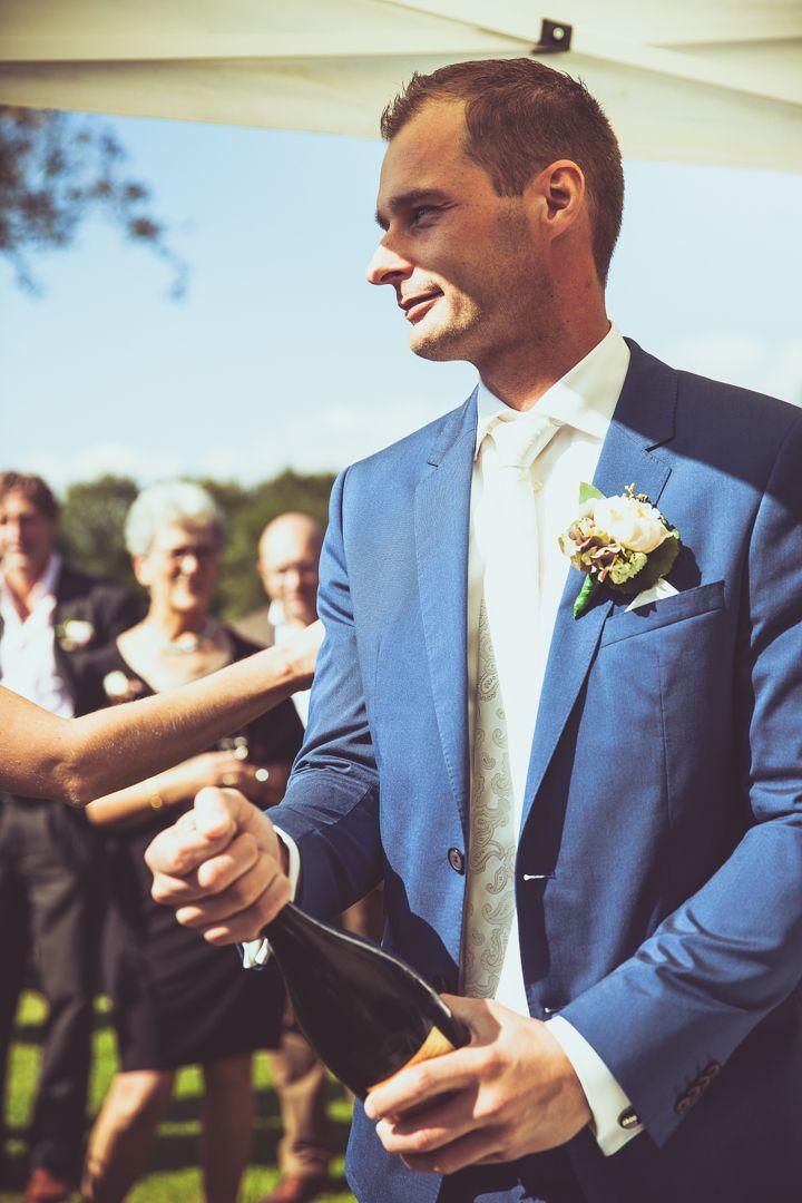 Groom popping the champagne / Bruidegom ontkurkt champagne. Ik ben graag jullie trouwfotograaf! Made by me / Gemaakt door mij. real wedding photography spontane trouwfoto's trouwfotografie bruidsfotografie