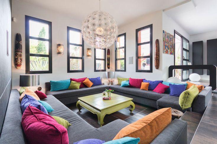 Salón decorado con cojines multicolores