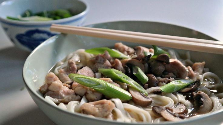 noedelsoep met udon, gebakken kip en champignons