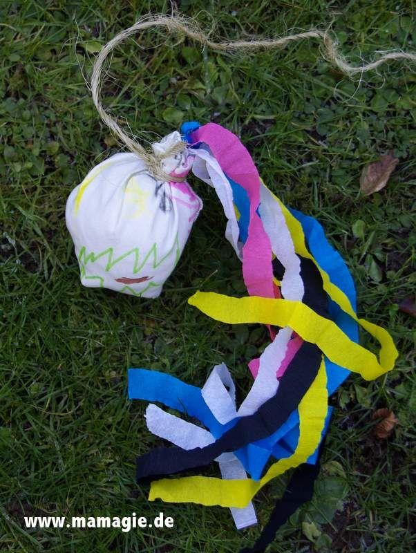 Schleuderball aus Zeitungs- und Stoffresten / Ballish toy made from waste-paper and scraps of fabric / Upcycling