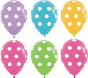 Globos de latex en colores variados con lunares blancos, para decorar a juego con nuestra coleccion de desechable de fiesta de lunares http://www.articulos-fiestas-infantiles.es/546-vajilla-y-accesorios-con-lunares