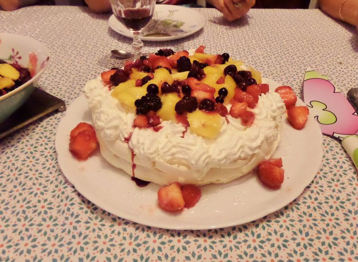 Pavlova ! De la meringue, des fruits, et une excellente chantilly à la vanille... Légère et délicate elle vous fera fondre de plaisir.