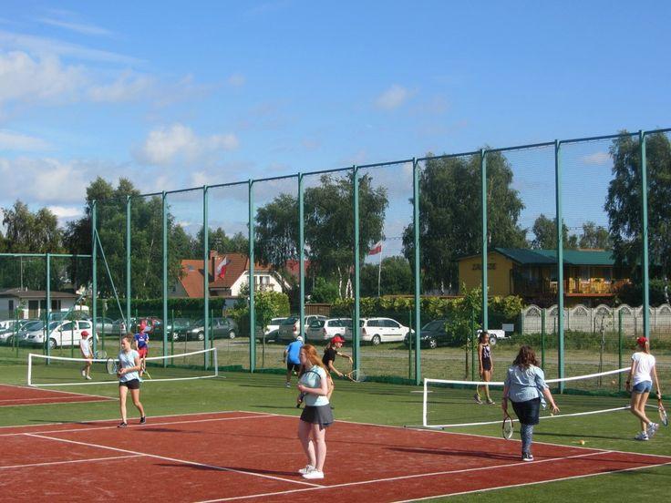Obozy tenisowe LEKTORA to jest świetna okazja aby nauczyć się gry w tenisa od podstaw lub rozwinąć swoje dotychczasowe kompetencje.