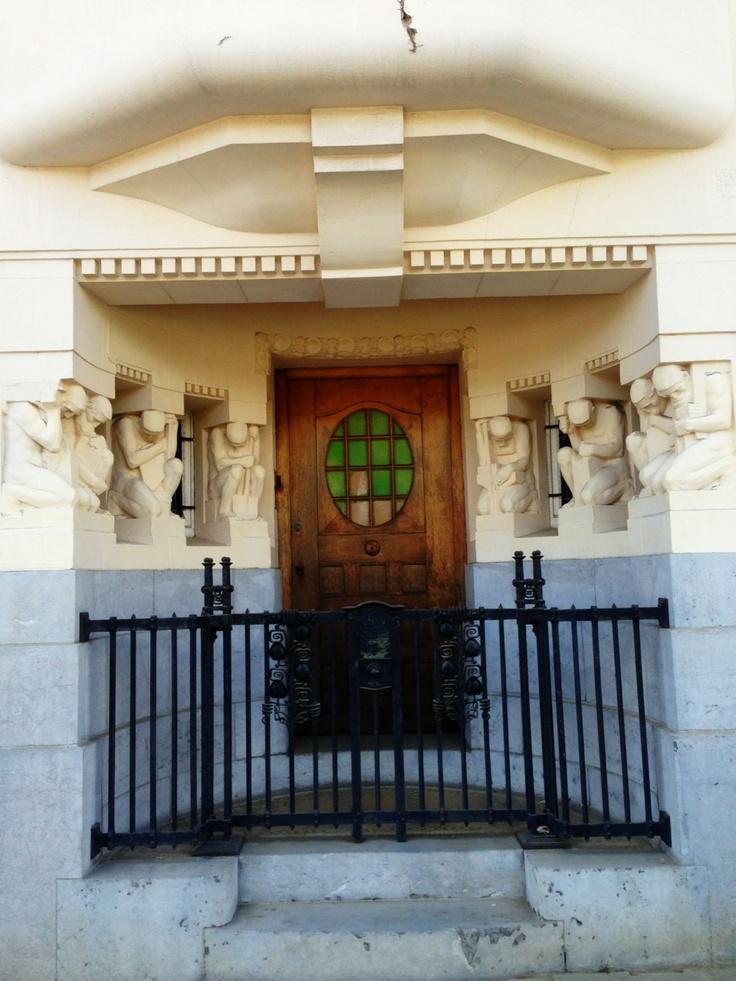 Van een indrukwekkende inkom gesproken. Mooie bruine deur met gekleurd glas (113/365). Het huis werd gebouwd tussen 1914 en 1919 en was de privéwoning van architect Vaerwyck. De beeldhouwwerken zijn van Geo Verbanck. #gent