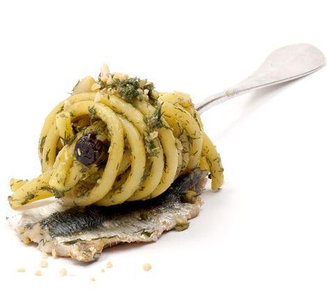 PASTA CON LE SARDE ALLA PALERMITANA  La pasta con le sarde rappresenta senza ombra di dubbio il palermitano, un piatto pieno di sapori forti tipiche della nostra terra ed è il piatto più noto nel palermitano. L'ingrediente centrale è la sarda con aggiunta di finocchietto, pinoli e uva passa con olio extravergine d'oliva