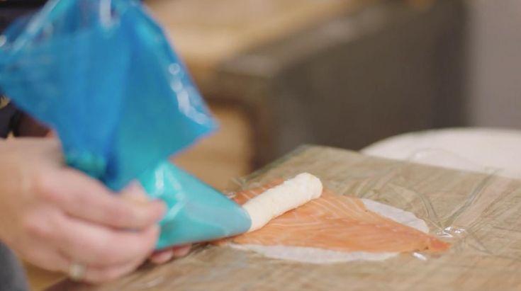 Het voorgerecht van ons Nationale Kerstmenu kun je gemakkelijk van tevoren maken. Plakjes knolselder worden gevuld met zalm en zelfgemaakte vissla. Je serveert ze met een eenvoudige kruidensalade en dressing.