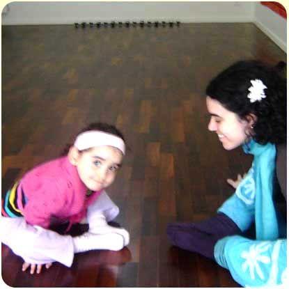 A professora de ioga Marjorie Sá, que dá aulas para crianças em São Paulo, sugere algumas posturas bem fáceis para fazer com os pequenos. As fotos desta sequência, aliás, são de Marjorie com