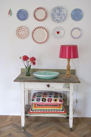 Idea que puede servir para un recibidor, en lugar de los almohadones, un canasto o caja de madera y donde están los platos, un par de estantes delgados más espejito (y por qué no tambien un par de estos platos).