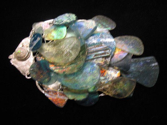 パキスタンで出土されたローマングラスで鱗を作った魚のオブジェ。ベースは950シルバーでろう付けとワイアークラフトの組み合わせです。|ハンドメイド、手作り、手仕事品の通販・販売・購入ならCreema。