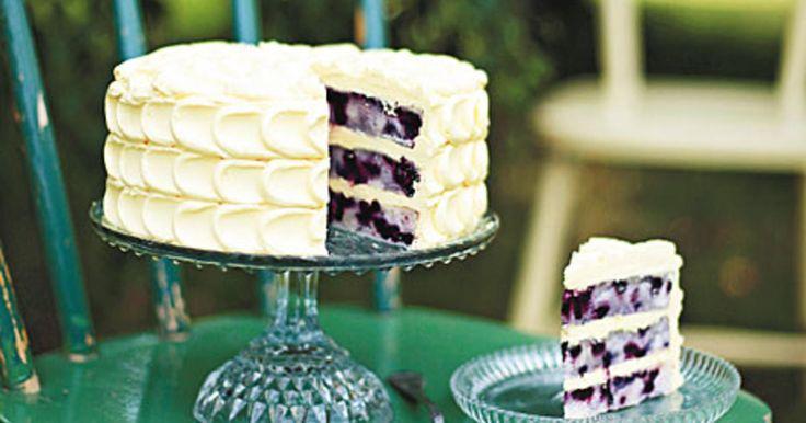 Blåbärstårta i med citronsmörkräm. En riktigt läcker tårta i flera lager. Recept från boken Lomelinos tårtor.