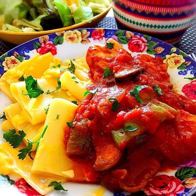 まんまるいおっきなマカロニみたいなパスタ初料理! 茹でたら平らになるので、開いてラザニアに良いかなと思いました。  茹で上がりにチェダーチーズとピザ用チーズで絡めてありますー! そしてもぎたてイタリアンパセリトッピング!  チキン手羽元とお野菜は、ホールトマト缶を使い、ローリエ、コンソメ、ケチャップと中濃ソースのベーシックなソースにしました!   ٩(ˊᗜˋ*)و - 112件のもぐもぐ - おっきなマカロニみたいなパスタでチーズマカロニ、ほろほろチキン手羽元に、お野菜のトマトソース煮物! by tinatomo