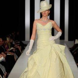 abito giallo pastello di tessuto operato e guanti bianchi...avrei evitato il cappello, aggiunto velo e bouquet bianchi.
