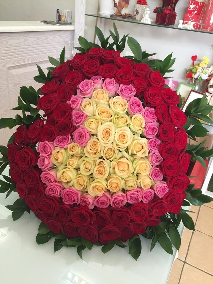 Однажды в жизни появляются особенные люди и особенные поводы. Какие они - решать вам, а мы всегда рады подготовить для такого дня роскошный букет из свежих роз, украсить его атласными лентами и аккуратно завернуть в бумагу. Мы используем розы у которых крупный бутон и хорошая стойкость К каждому букету мы прикладываем специальную жидкость для вазы, чтобы цветы радовали вас как можно дольше. Сделать заказ 👉 050-362-35-55 #vivarosa #доставкацветов #создаемнастроение #весьмир #днепр