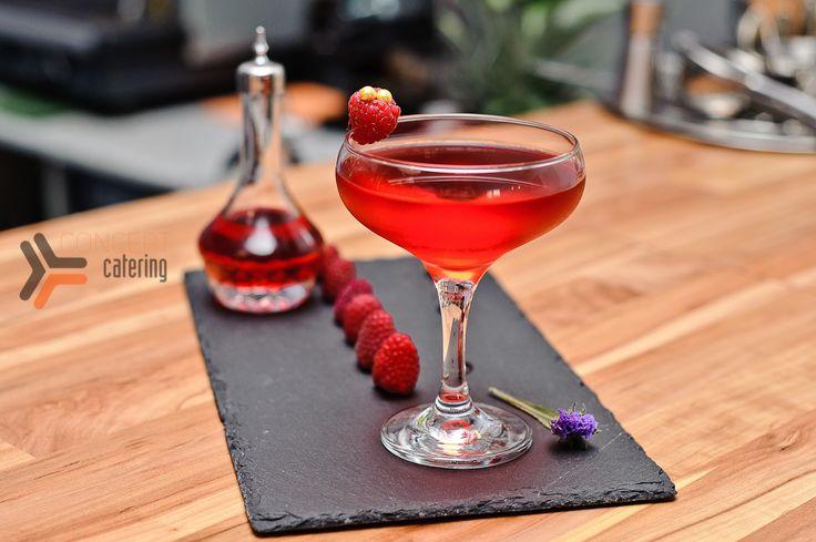 Водка клюквенная, сок шиповника, сироп Сангрия, Битер вишневый, малина. Разработка тематической коктейльной карты.  #bar #cocktails #drinks #mixdrinks #коктейли #бар #кейтеринг #concept #conceptcatering