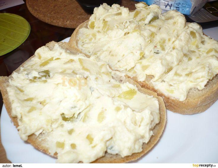 Brambory uvaříme ve slupce a necháme vychladnout. Studené oloupeme a nastrouháme (najemno). Přidáme k nim sýr, pomazánkové máslo, smetanu,...