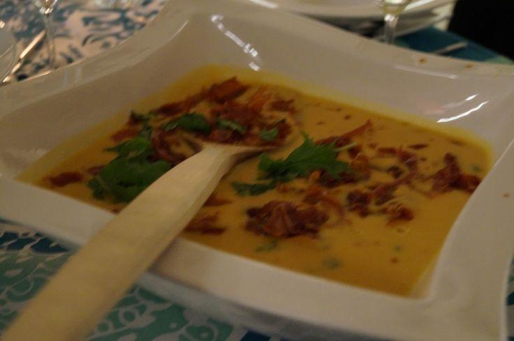 Battaatikeitto: Bataatti, kookosmaito, chili, korianteri, päälle ilmakuivatettua kinkkua, jota on paahdettu uunissa rapeaksi