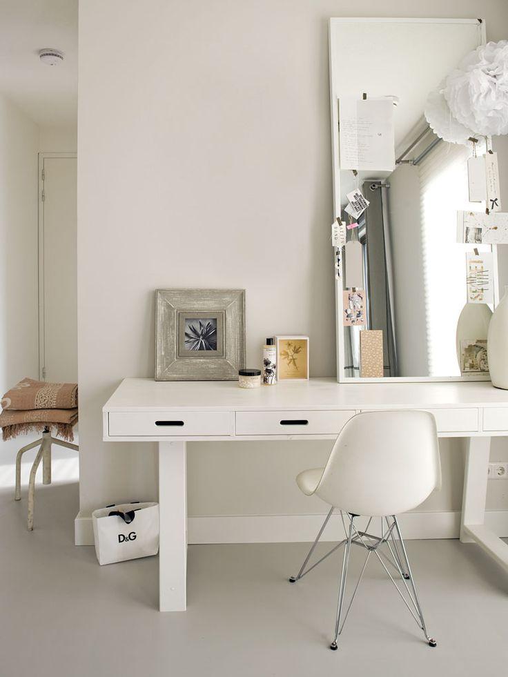 Idee voor kleine woningen: Zet een een spiegel van XL formaat op de tafel zodat de ruimte optisch groter lijkt. De stoel is van Eames.