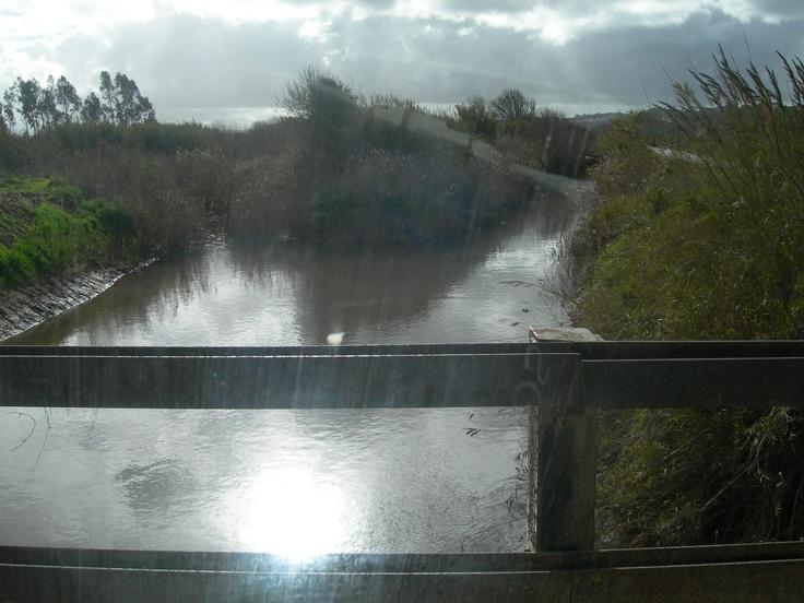 Uma luz a iluminar a chegada a dois caminhos que se juntam para a Lagoa