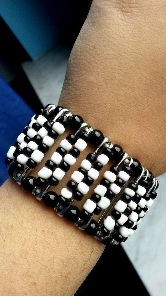 Bracciale+bianco+e+nero+con+spille+da+balia+por+GliAccessoriDiElisa