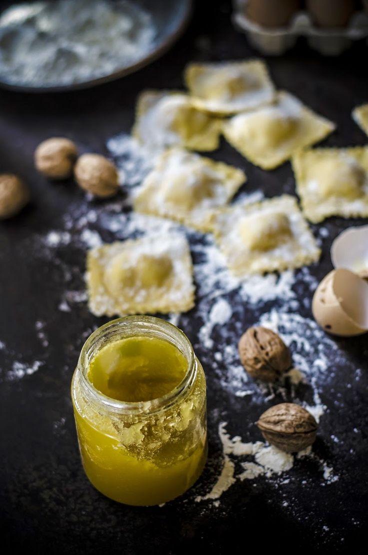 Ravioli di pecorino e miele con burro all'arancia e granella di noci/ Pecorino cheese and honey ravioli