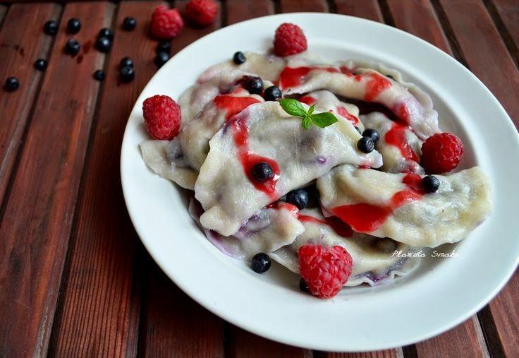 Planeta Smaku: Pierogi z jagodami i malinami z sosem żurawinowym