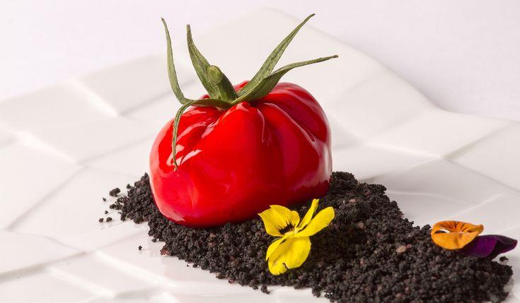 Falso tomate de ricotta, anchoas y albahaca con tierra de remolacha (Trampantojo)