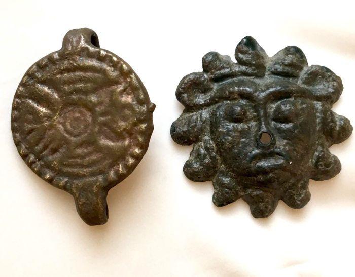 Oude Romeinse bronzen Aplique van Sol en een bronzen ring gegraveerd met een adelaar op de bezel - 19mm / 23mm.  Oude Romeinse bronzen aplique van Sol en een bronzen ring is gegraveerd met een adelaar op de bezel.3e. - 4e. AD.De ring is gebroken maar de omlijsting witn een adelaar is intact.De aplique van Sol is met een mooie patina donkergroen intact.Materiaal: bronsDatum: Romeinse 3e. - 4e. Eeuw AD.Grootte: 19mm / 23mm.Gewicht: 36 g.Conditie: Goed zie foto's om een goede indruk te…