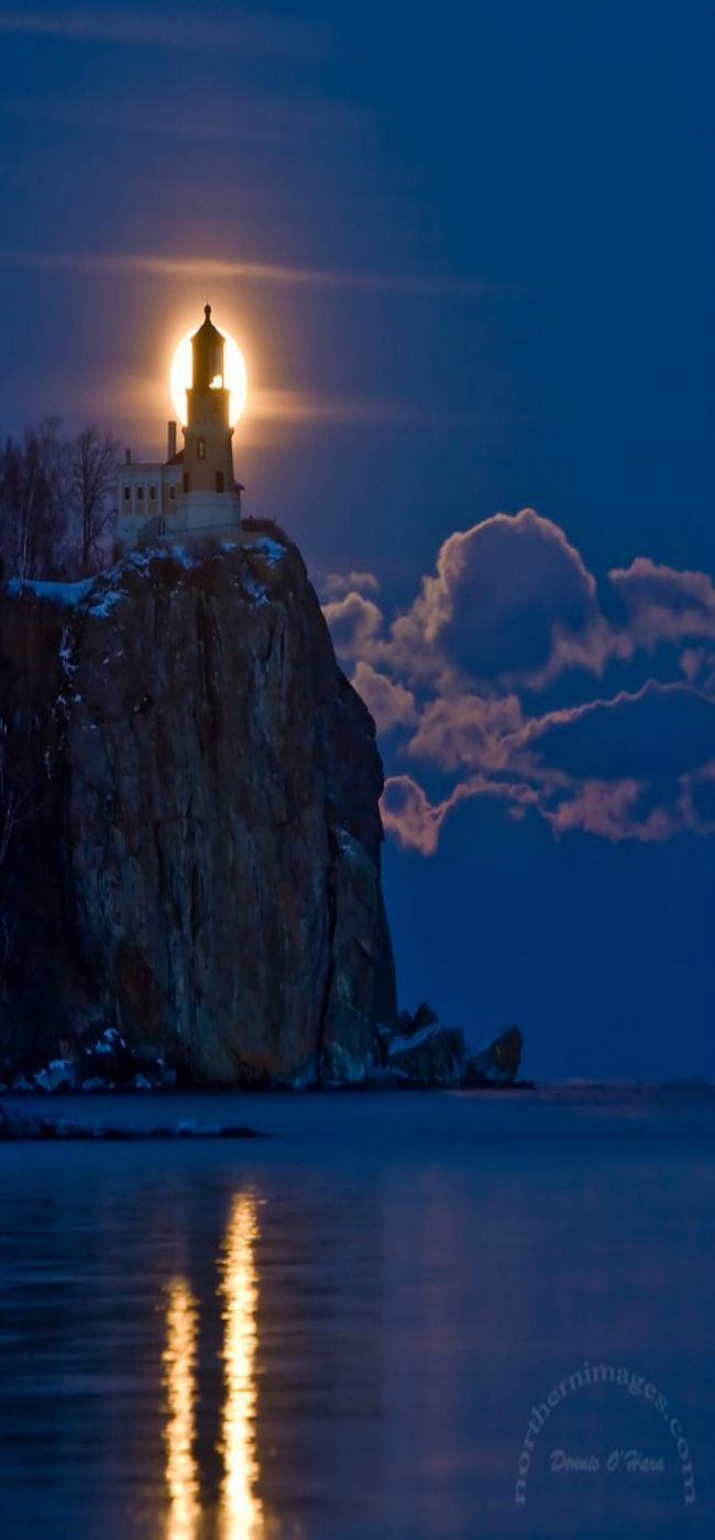 The epic moonrise at the Split Rock. Lighthouse State Park, Two Harbors | Minnesota, US.