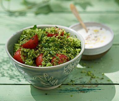 Denna gröna couscous är ett nyttigt tillbehör till grillfesten. Den har underbar smak och går snabbt att laga. Couscousen blir vackert grön när du mixar den med spenat och persilja. Servera med en sval vitlöksyoghurt.