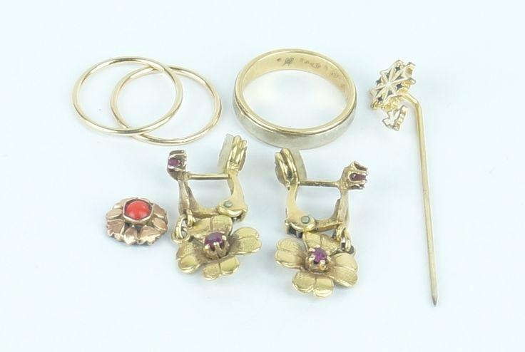 Een kavel diverse voornamelijk 14 krt. geelgouden sieraden: een paar oorhangers met bloemmotief, 3 ringen, een speldje met de neerdalende Heilige Geest en een rozetje met bloedkoraal