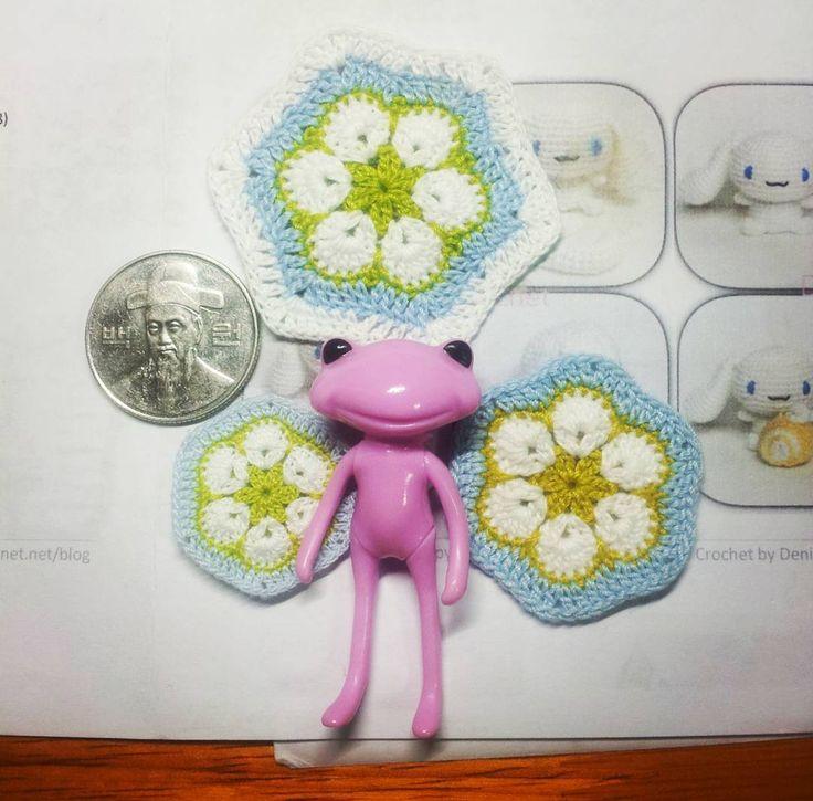 dearevedoll:: 3size African flower motif #뜨개질그램 #산리오 #포춘완다 #아미구루미 #미니어쳐 #토이스타그램 #인형 #마이크로크로셰 #완다 #dollstargram #crochet #amigurumi #doll #toy #microcrochet #wandafrog #toystagram #amigurumidoll #crochetdoll #amigurumilove #häkeln #wonderfrog #pandapple #tiny #あみぐるみ #miniaturedoll #miniature #ミニアチュア #handmade
