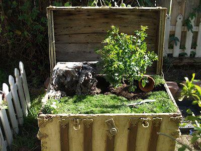 How to make a fairy garden in an old trunk: Gardens Ideas, Outdoor Trunks Ideas, Large Trunks, Fairies Gardens, Faeries Gardens, Magic Onions, Treasure Islands, Islands Fairies, Inspiration Blog