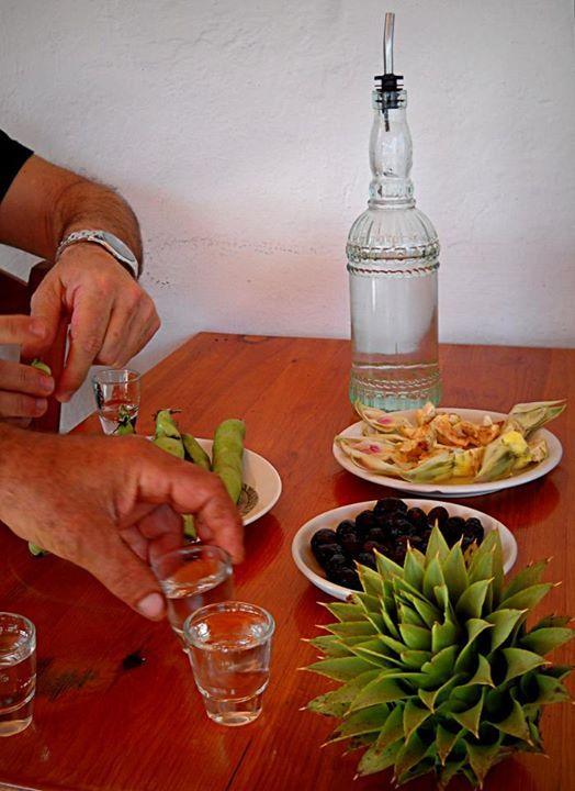"""Dolce Vita""...στα καφενεία και τα ρακάδικα της Κρήτης ! Αγκινάρα, κουκιά, ελιές.. ξακουστοί συνοδοί #τσικουδιάς Αντέστε ! Σιμώσετε να κάνωμε παρέα...  || || ||  ""Dolce Vita"" in the village of Smari Credits: Amor Leon Images"