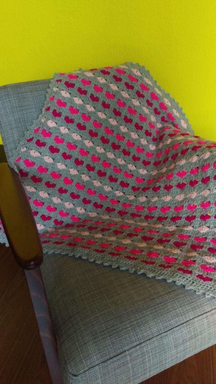 gehaakt babydekentje met roze hartjes, gehaakte sprei. crochet blanket pink heart.