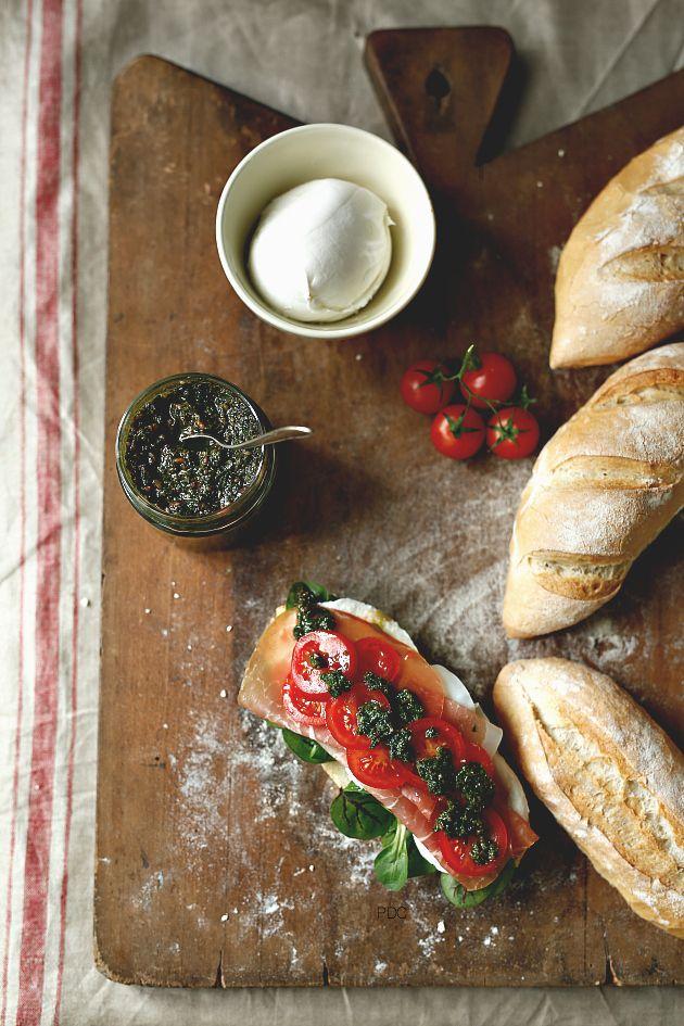 Panino semplice con Culatello, mozzarella di Bufala e pesto di foglie di Barbabietola