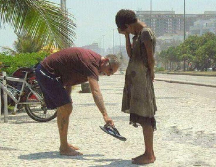 Truco N°2. Realiza un acto de bondad: Un acto de bondad no es un favor. Es una acción insignificante que realizas hacia una persona de manera totalmente altruista y desinteresada. Por ejemplo, recoger un papel del suelo que se le ha caído a un compañero u ofrecer cambio para un café.