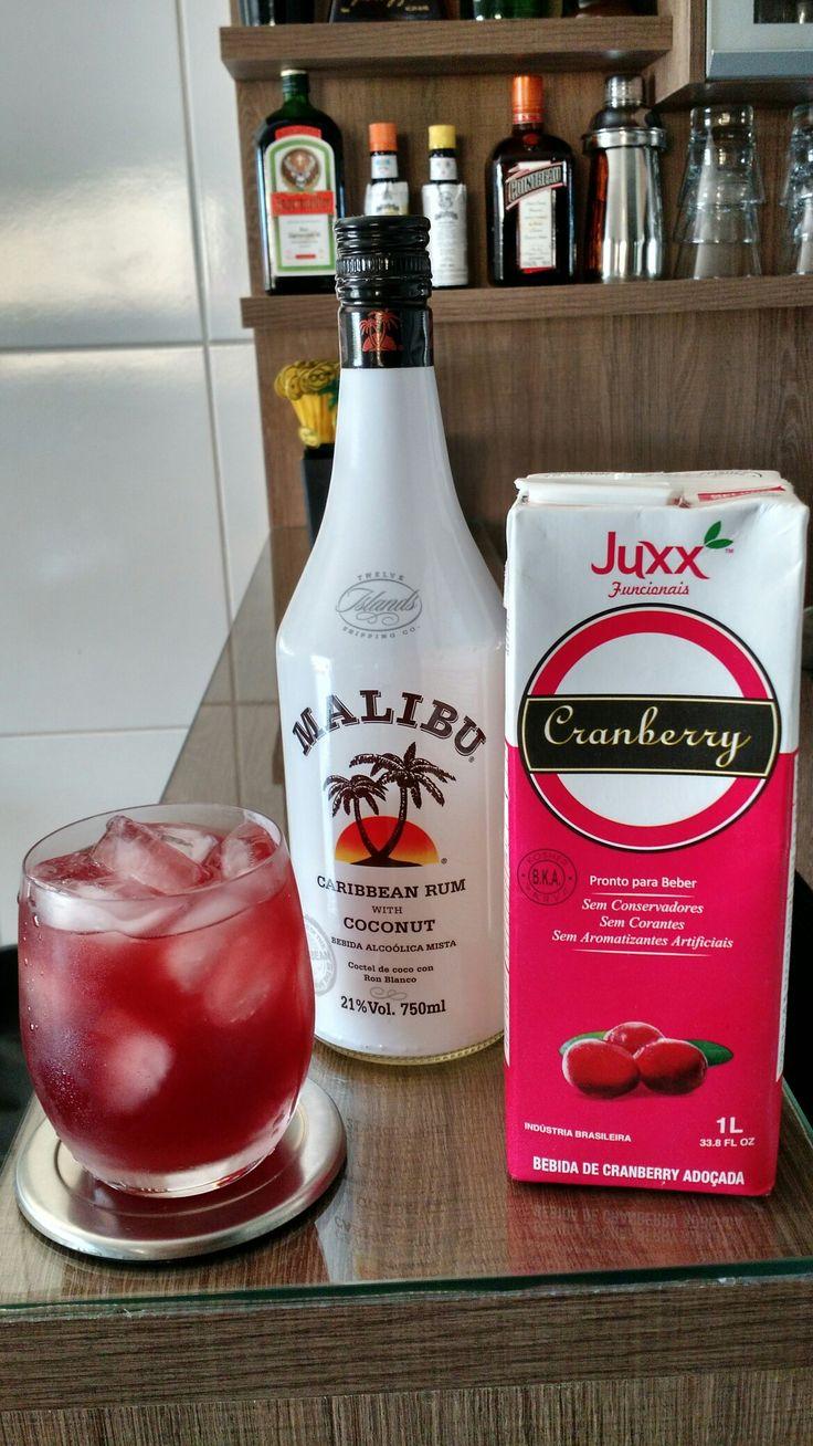 * MABERRY * - 30 ml. Rum de Coco - Suco de Cranberry - Coloque o rum de coco em um copo On The Rocks com gelo. - Complete com suco de cranberry e mexa bem.