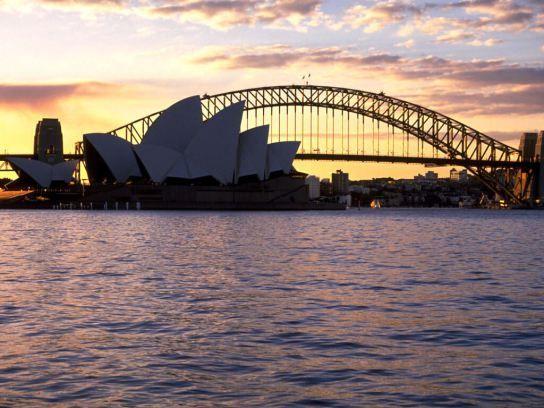 El Pont de Sidney va ser inaugurat l'any 1932. La longitud total és de 1149 metres. L'arc arriba a una alçada de 134 metres i s'hi pot pujar per admirar les vistes espectaculars de la badia i la ciutat.