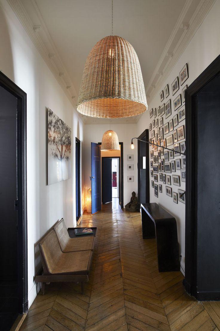 Accumulation de petits cadres dans un couloir
