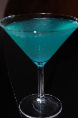 Pour 8 verres à cocktail : 1 louche de cointreau 1 louche de vodka 1 louche de curaçao bleu 1 louche de sucre 1 cit...