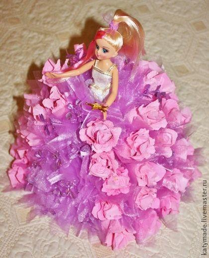 """Прынцесса и этим все сказано!  Блондинка в розовом и шоколаде!  На платье ушло два метра органзы, почти 1 кг конфет Афродита , более 50-ти штук ))) , немного блеска и уйма гламура! Конфеты легко вынимаются из цветка, и внешний вид платья не пострадает ))) Кукла легко вынимается из """"юбки""""... или """"юбка"""" легко снимается )))  Можно сделать в другом цвете и принцесса может быть брюнеткой или рыжей, невестой или байкершей, готом или хиппи в радужном платье!"""