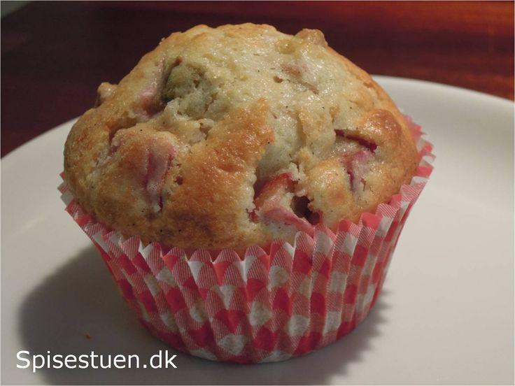 Syrlige rabarber i en sød kage – mums! I dag har jeg brugt frosne rabarber. De behøver ikke tø først, men bagetiden forlænges lige med et par minutter.
