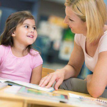 En Guiainfantil.com te contamos qué actividades podéis realizar en casa para ayudar al niño a mejorar la lectura. Si tu hijo presenta algún retraso de la lectura asociado a una dislexia, disortografia o disgrafía, existen algunas actividades que puedes realizar en casa que le ayudarán a trabajar en la solución de problema.