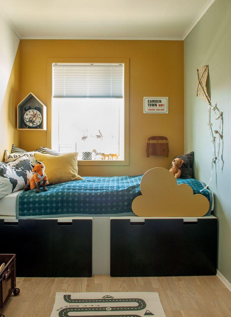 Sengen til Emiliam består av en madrass lagt oppå Stuva-skuffer fra Ikea. Vegghyllen er fra Bloomingville, bilteppet er fra Oyoy, og sengeteppet er fra Hay.