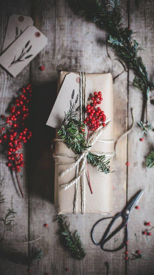 Geschenkverpackungen für Weihnachten mit Tannenzweigen und Beern / gift wrappin…