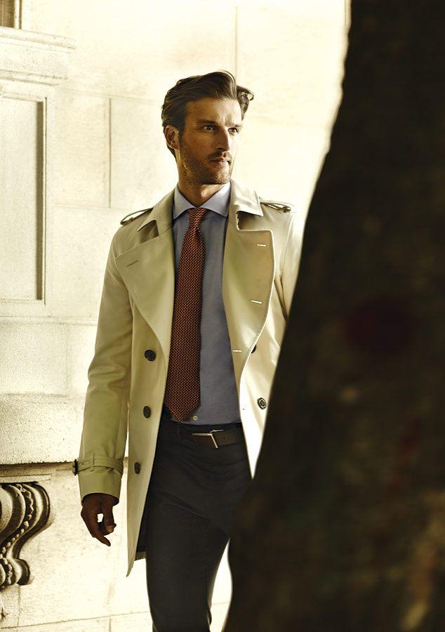 Gabardina: Burberry, camisa: Hackett, pantalón: Louis Vuitton, corbata y cinturón: Ermenegildo Zegna.